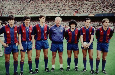 De izq.a derecha  Marcos,PichI Alonso,Urbano,Udo Lattek,Maradona,Julio Alberto y Periko Alonso.1982.