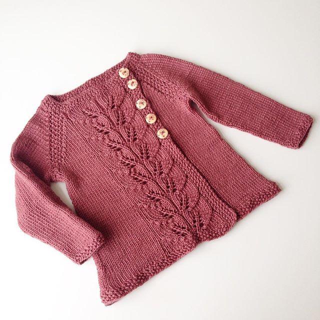#høstløvjakke #knitsandpieces #strikkedilla #strikkelykke #strikkemamma #iloveknitting #knitspiration #instaknit #ullergull #knitted_inspiration #knitpicks #knitallday #knitforbaby #babyknits #babystrikk #babyfashion #jentestrikk #tillillesøster