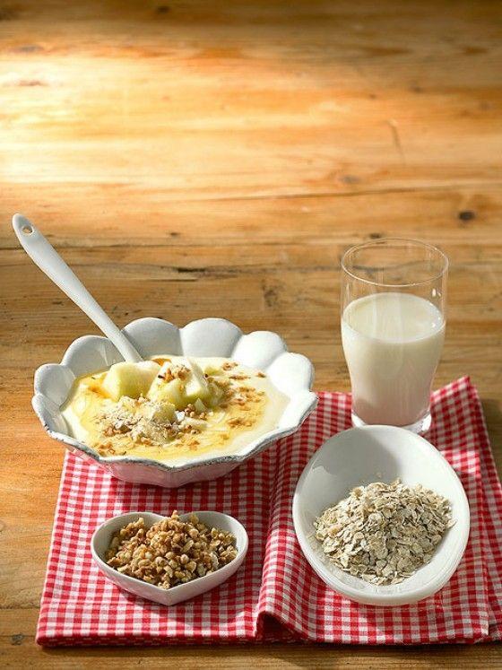 Gesund und munter: Nüsse, Haferflocken, Joghurt, Birne und Honig sind ein ideales Frühstück.