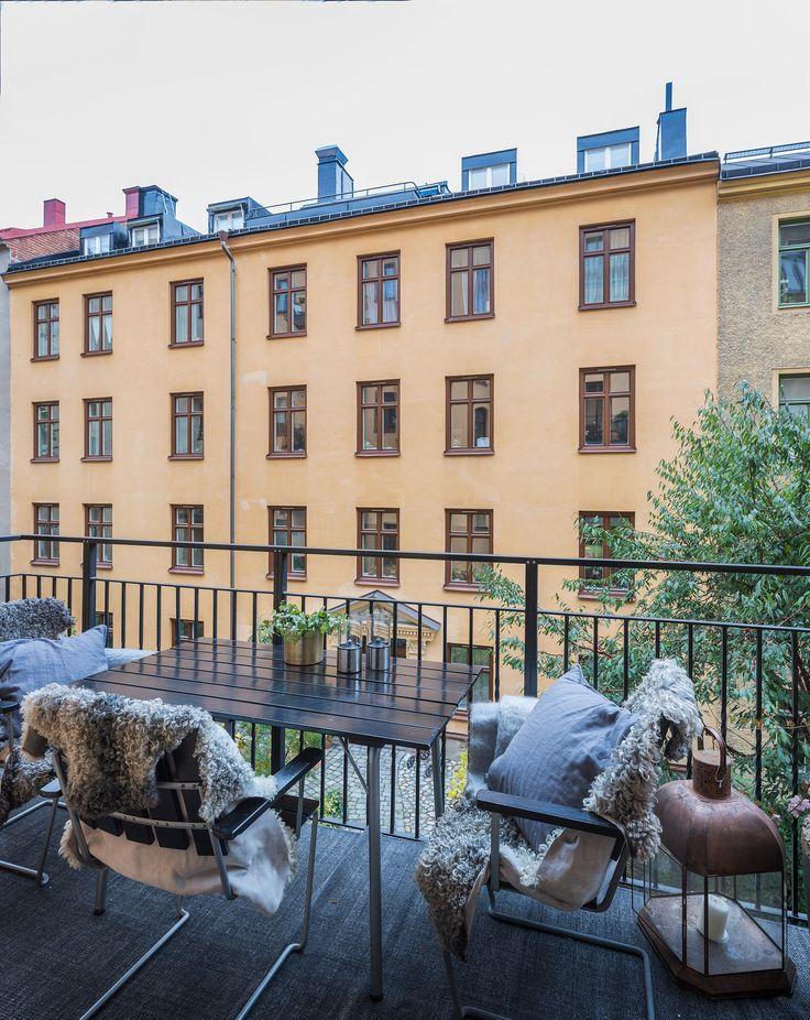 Med bästa läge på Grev Magnigatan ligger denna smakfullt renoverade trea. Lägenheten är nyligen totalrenoverad och har en mycket tilltalande planlösning. Stort påkostat kök med rymlig matplats och utgång till balkong mot grön innergård. Två sovrum med gott om förvaring. Nyrenoverat badrum. Genomgående högt i tak med bevarade stuckaturer, tidstypiska detaljer och vackra trägolv. Ljust och fritt läge på tyst gata. Välskött och representativ fastighet med elegant entré och vacker grön…