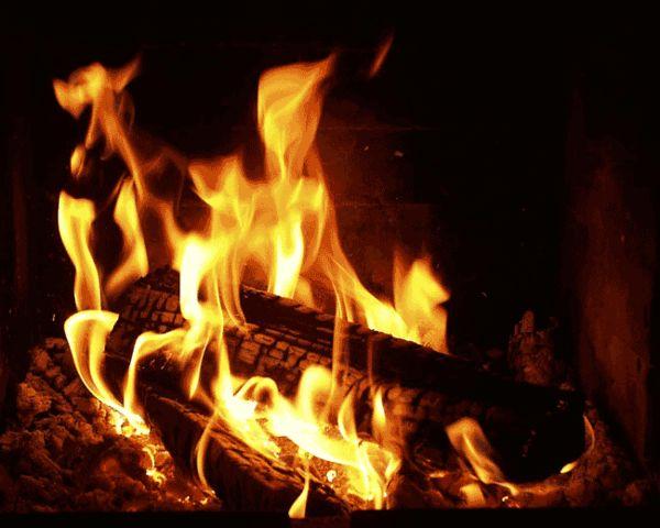Магический домашний очаг.    Хорошо сидеть и смотреть на огонь, и просто смотреть в пустоту, где потрескивает, пощелкивает сучьями и ветками, швыряет вверх пригоршни светящихся искр. Огонь многих из нас привлекает. В гипнотическом движении огня и его благоуханном дыме лежат истоки многих верований. Когда-то огонь почитался сверхъестественным. Его считают сходным с жизненной искрой, которая существует внутри всех вещей. Верно, он может быть разрушительным. Но и созидательным одновременно. До…