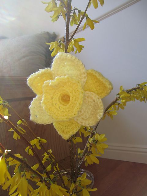 10 More Beautiful and Free Crochet Flower Patterns..... I should make me some of these so I will always have daffodils Nx