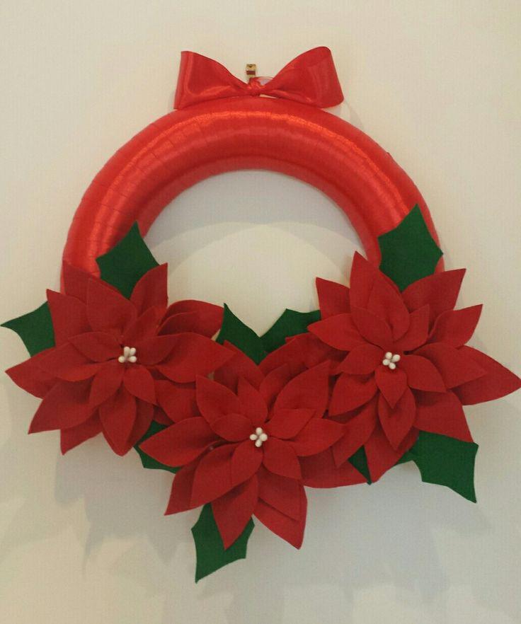 Corona natalizia: polistirolo avvolto nel nastro e fiori di panno lenci.