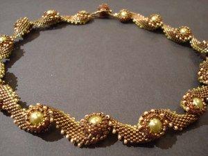 Halsband sytt av Maria Hesselman efter ett mönster i Beadwork.  Teknik: Peyote  Material: Delicas 11/0, Miyuki seed beads 15/0 och 11/0, Fireline