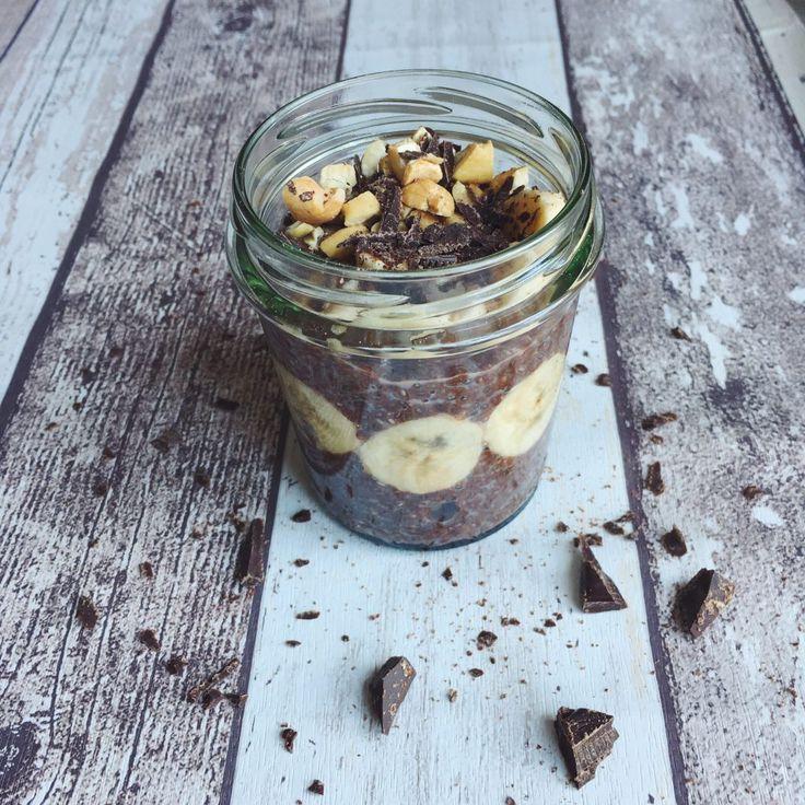CHIA PUDDING VEGANO - 3 IDEE PER LA COLAZIONE Il chia pudding è perfetto per una colazione sana e può essere preparato in molti modi. Qui ci sono tre ricette molto diverse da scegliere in base ai vostri gusti. Io non ho ancora deciso quale preferisco! CHIA PUDDING - YOGURT E CEREALI INGREDIENTI 1 vasetto di yogurt bianco di soia (125 g) 2 cucchiaini di semi di chia 2 cucchiai di latte di soia 2 cucchiaini di sciroppo di agave Cereali q.b. PROCEDIMENTO Versate i semi di chia in una ciotola e…