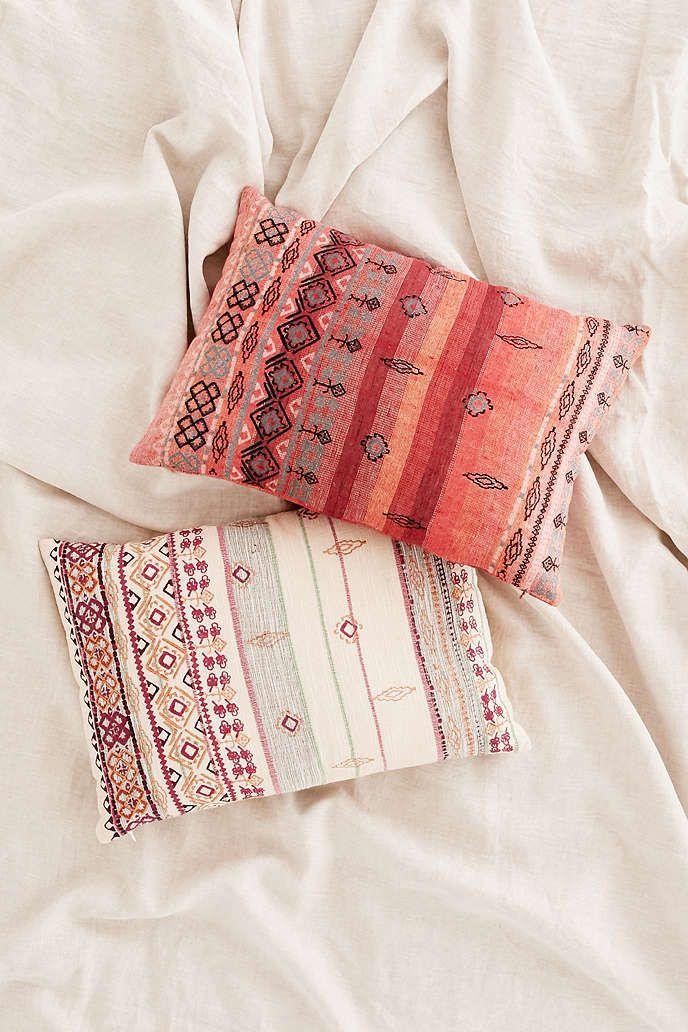 Coussin Agda tissé à broderies - Urban Outfitters