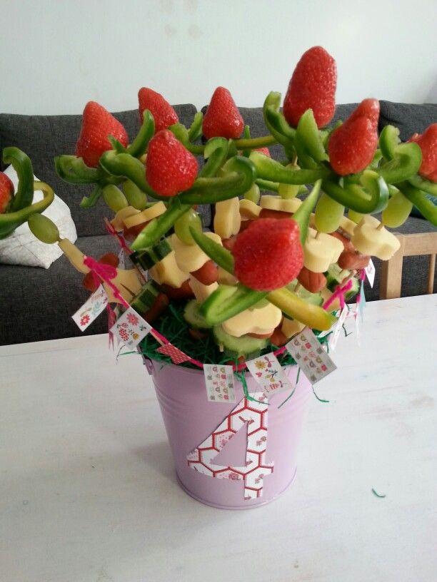 Gezonde tulpen van aardbeien groene paprika,  druif,  kaas in bloem vorm,  knakworstje en komkommer.  Spiesjes in emmertje met oase gestoken. Van papier vlaggetjes gemaakt aan woldraad.