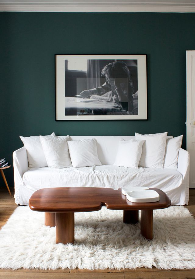 Dorothée, Boulogne #1/2Photo Jean-Pierre Khazem, Peinture Emery, Canapé Ghost Paola Navone chez Gervasoni, Table + Plateau India Mahdavi, Tapis Ikea