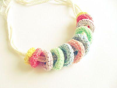 Colar em crochet colorido   Maparim