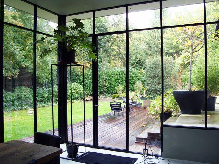 Stalen uitbouw aan tuinzijde van woning. Geïsoleerde stalen kozijnen van Perfect View geven een prachtig zicht op de tuin.