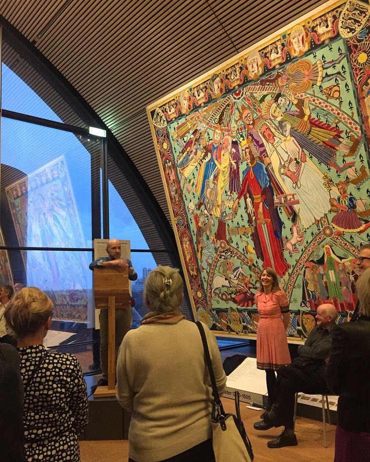 """Et nyt år markeres på KØS til den årlige nytårskur. Museets direktør Ulrikke Neergaard kunne løfte sløret for årets kommende kunstoplevelser på KØS, alt imens Årets kunstner Ruth Campau bemalede KØS Klubs medlemskort. Journalist og forfatter Adam Holm leverede en stærk tale om at turde sige fra og markere sig i """"små afvigende handlinger"""". #køs #nytårskur #2018 #ruthcampau #adamholm"""