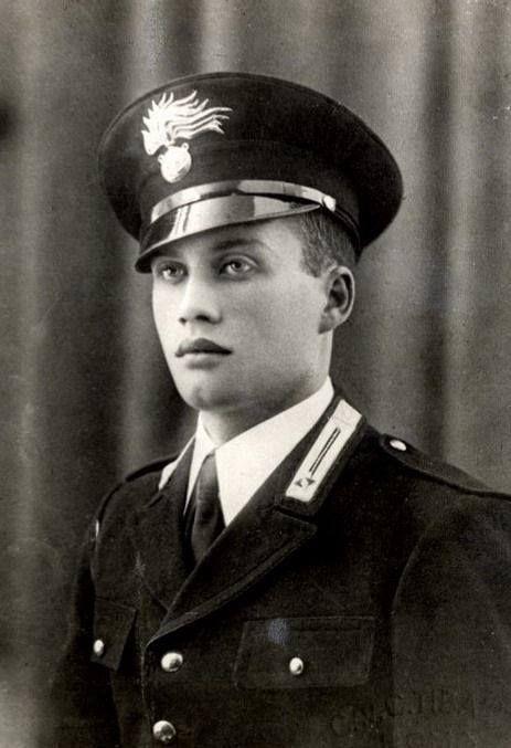 Salvo D'Acquisto nasce a Napoli il 15 ottobre del 1920. E' vice brigadiere quando il 23 settembre 1943 a soli 23 anni si sacrifica per salvare la vita a 22 cittadini italiani.  Le SS avrebbero fucilato tutti e 22 gli innocenti se non si fosse auto-accusato della morte di 2 soldati tedeschi il giorno prima.