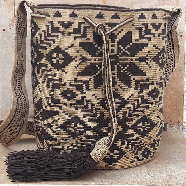 Wayuu Mochila bag colombia #maicao #ethnicalfashion #bohochic #hanmade #ootd #bogota #medellin #cali #world #globetravel #flowers #southamerica #indigenousart #artisanal #art #tradition #culture