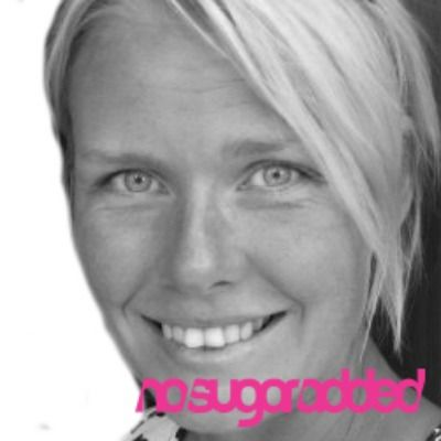 Hon klev in som vloggare på http://nosugaradded.se redan vid starten med stor erfarenhet av ett sockerfritt liv då hennes familj levt sockerfritt i 12 år. Med kärlek och omtanke är hon ett ljus i förändringen av vår syn på en mycket mer holistisk hälsa där vårt inre välbefinnande är centralt. Hanna Horner vågar stå i ljuset och möta svårigheterna med lösningar. Möt vår nya redaktionschef i artiklar och på hennes vlogg!