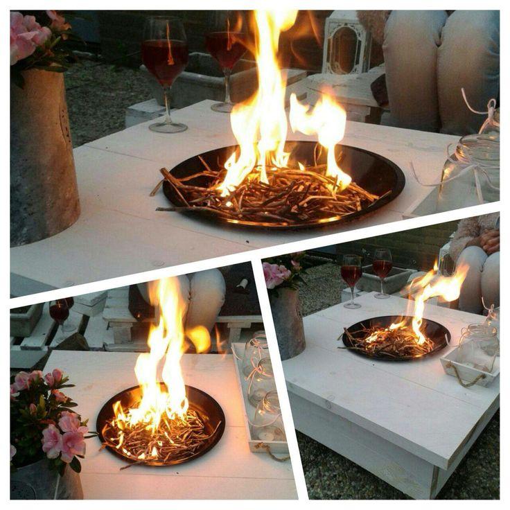 Mooi vuurkorf/bbq idee met bbq van action in tafel gemaakt met gat voor de tuin.