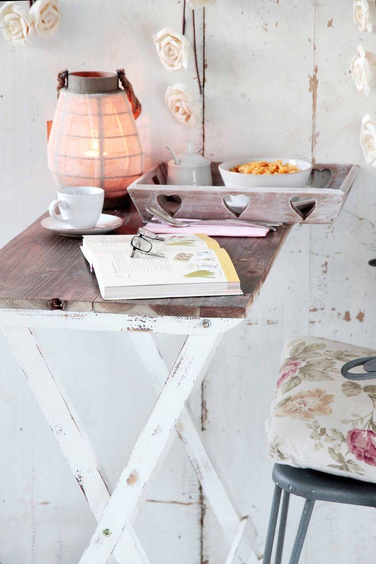 Rincones de desayuno y lectura para disfrutar y relajarse. Todo de muy mucho. Orden con cajas de madera con asas de muy mucho. Botes de muy mucho para la cocina #muymucho #muymuchopormuypoco #decoracion