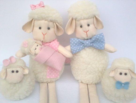 Família de ovelhinhas de pelúcia para decorar o quarto do bebê. Super fofinhas e confeccionadas com enchimento antialérgico. A mamãe e o papai possuem pernas moles, podendo ficar sentadinhos em prateleiras, nichos ou em móveis. Preço referente a uma mamãe ovelha, um papai ovelha, um bebezinho e dois irmãozinhos filhotes.  Dimensões da mamãe e do papai: 34cm de altura (da cabeça aos pés), 16cm sentadinhas (cabeça e corpo), 14cm de comprimento e 8cm de largura. Dimensões dos filhotes: 10cm de…