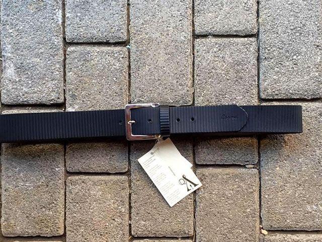 #Cinturón de #cuero #grabado color negro. Hecho a mano en España por #artesanos con #oficio. Descúbrelo en www.manosesmas.com