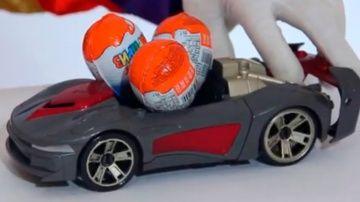 Смешные видео про машинку и Киндер Сюрпризы от Димы - 3 яйца 3 машинки http://video-kid.com/16978-smeshnye-video-pro-mashinku-i-kinder-syurprizy-ot-dimy-3-jaica-3-mashinki.html  Видео для детей от клоуна Димы. Сегодня Дима будет кататься игрушечную машинку, раскрывать шоколадные яйца, радоваться сюрпризам, считать машинки и играть в маленькие игрушечные автомобили.Понравилось? Смотрите другие видео с клоуном Димой здесь  Смешные видео для детей от Димы - Учим Цвета - (от автора машинки и…