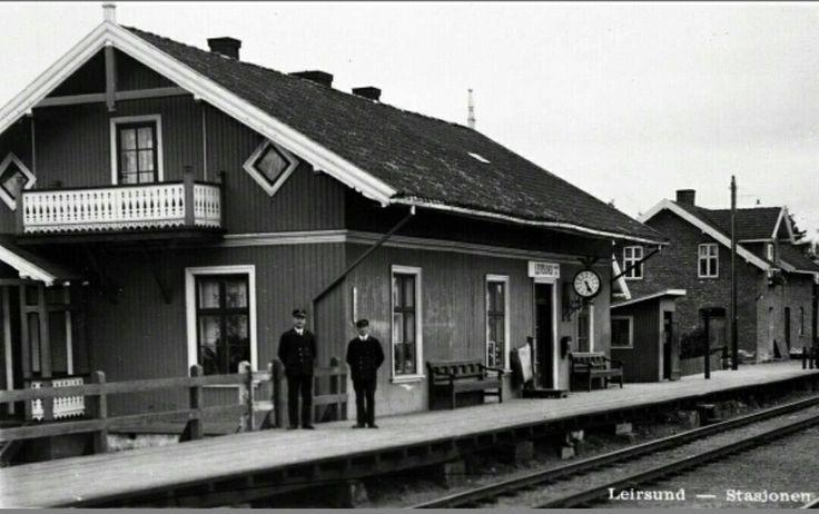 Akershus fylke Skedsmo kommune Leirsund stasjon Leirsund Stasjon 1938 Stasjonsmester Fallang og betjent står på perongen