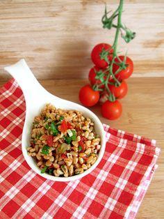 Ein frischer Sommersalat nach türkischer Art, mit Sonnenweizen und Gemüse ...