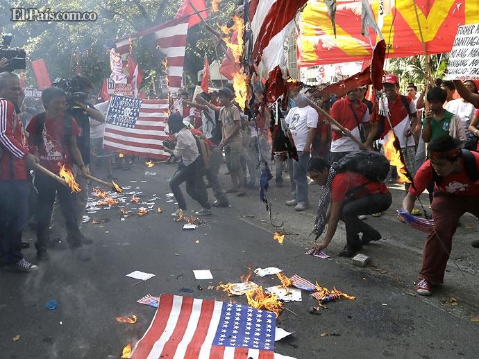 Hoy Mundo| Viernes, Noviembre 30, 2012  Filipinas. Manifestantes, en su mayoría trabajadores queman banderas estadounidenses cerca de la embajada de EE.UU. en Manila.