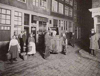 BOLDOOTKAR - een spottende verwijzing naar het eau de cologne-merk Boldoot. De meeste huizen hadden rond 1900 nog geen 'water-closet', maar een houten 'plee'. Onder het ronde deksel stond een ton die tweemaal per week werd geleegd door de gemeentereiniging. De rateljongen liep vooruit om met geratel en gezang de komst van de kar aan te kondigen. De bewoners kwamen van twee hoog achter naar beneden gestommeld met hun emmertje poep.
