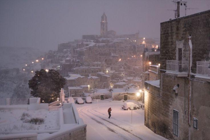 Matera sotto la bufera di neve. Già avvolta da un mantello bianco la città dei Sassi, Capitale europea della cultura per il 2019, è stata