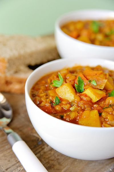 Bereiden:Spoel de linzen af in een vergiet en laat ze uitlekken. Verhit de olie en bak de uitjes samen met knoflook ca. 5 minuten aan. Doe de kerriepoeder, komijnpoeder en tomatenpuree erbij en fruit dit een minuutje mee. Doe de overige ingrediënten erbij. Breng het geheel aan de kook. Laat in ca. 45 minuten op een zacht vuur gaar koken.Werk af: Breng de soep op smaak met zout en peper en werk af met peterselie.©kayotickitchen.com