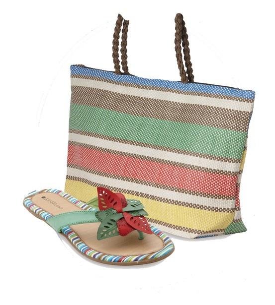 Bolso y sandalia baja ideal para ir a la playa. Rayas horizontales multicolores. Cristian Lay www.cristianlay.com