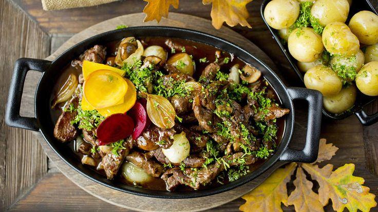 Viltgryte smaker alltid godt, og særlig hvis den består av mørt elgkjøtt og en fantastisk rødvinssaus. Sopp og løk tilfører en rund og god smak. En mettende og god gryte. Server den gjerne med hurtigsyltede beter. Oppskriften finner du her.