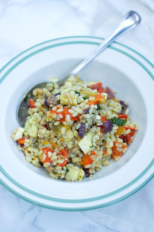 Un primo piatto freddo, ricco di sapore e facile da preparare. Da portare a lavoro o all'università. Insalata di orzo con pesto, peperoni, feta, olive e...