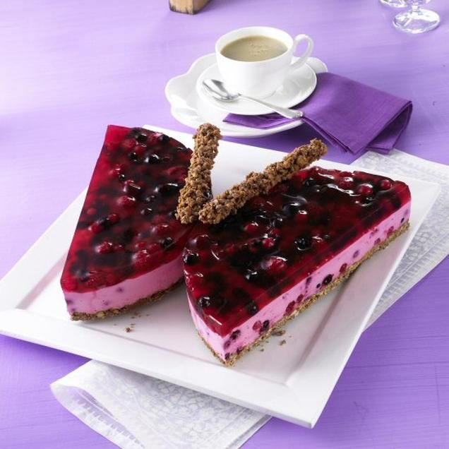 Waldbeeren-Schmetterling                              -                                  Eine cremige Torte ohne Backen mit gemischtem Beerenobst für den Sommer