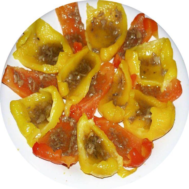 PEPERONI IN BAGNACAUDA, è piatto tipico Piemontese, soprattutto utilizzando i Peperoni di Carmagnola, conditi con la bagna cauda: una preparazione a base di aglio, olio extravergine d'oliva ed acciughe dissalate, il tutto ridotto a salsa mediante una paziente cottura. Volendo si possono aggiungere agli ingredienti anche burro, panna da cucina, latte e noci tritate #CucinaItaliana #PiattiTipici #ProdottiTipici #FoodBlogger #CarnevaliLuigi https://www.facebook.com/IlBuongustaioCurioso/
