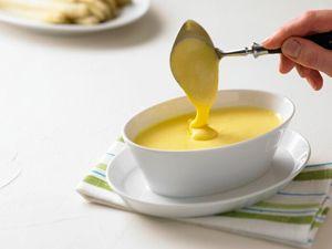 Die perfekte Sauce Hollandaise zum Spargel! Butter muss man nicht extra schmelzen lassen, man kann auch direkt die Butterflocken in die Creme geben und schön verrühren. Spart Abwasch ;-) #hollandaise #spargel #igraal