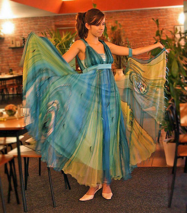 Společenské+hedvábné+taneční+šaty+Tyto+šaty+byly+zhotoveny+pro+dámu,která+se+věnuje+závodně+tanci.+Jsou+zhotoveny+ze+100%+přírodního+hedvábí-+crinclegeorgette.+Střihově+jsou+inspirované+antickým+řeckým+stylem.Sukně+je+kolová+a+nabraná+pod+prsy+a+k+levé+ruce+ještě+připevněna+rozšířená+část+dvěma+elastickými+pásky.+Celé+šaty+jsou+vypodšívkované.+Celé...