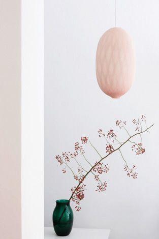 J'adore, la légèreté de ce cocon rose poudré en supension. Idée slow attitude Déco.FcC www.fengshuiconsult.be & https://www.facebook.com/pages/Fengshuiconsultbe/163496113681564  cocon lamp