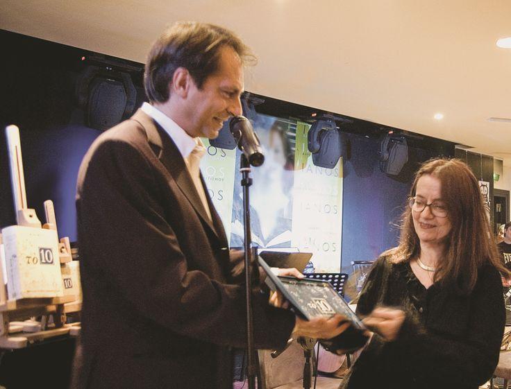 28/5/2008: Ο Παρασκευάς Καρασούλος παραδίδει στην Ελένη Καραΐνδρου τον χρυσό δίσκο για τη μουσική επένδυση στην τηλεοπτική μεταφορά του μυθιστορήματος Το 10.