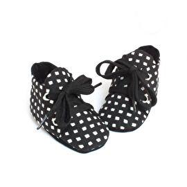 Monochrome zwart wit babyschoentje van Studio LL - black and white babyshoes