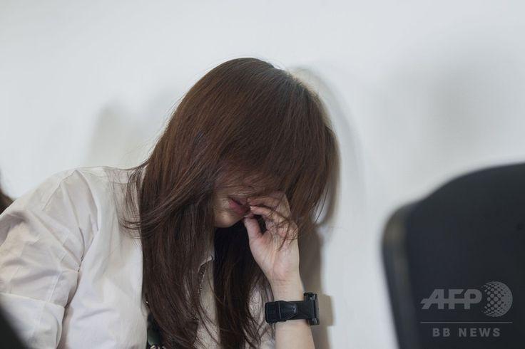 エアアジア(AirAsia)QZ8501便が消息を絶ったことを受けて、インドネシア・スラバヤ(Surabaya)の空港に集まった乗客の家族(2014年12月28日撮影)。(c)AFP/Juni KRISWANTO ▼28Dec2014AFP インドネシア発のエアアジア機が消息絶つ http://www.afpbb.com/articles/-/3035340 #QZ8501