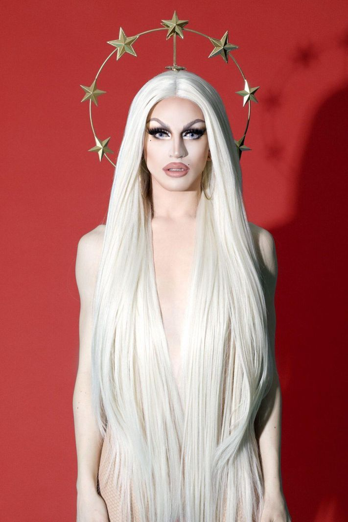 This image is of Aquaria, Season 10 winner of RuPaul's Drag Race. In this image, Aquaria depicts Drag through choosing a long, feminine hair look and makeup. Archived from Forbes. Valentina Rupaul Drag Race, Valentina Drag, Drag Queen Makeup, Drag Makeup, Bio Queen, Drag Queen Outfits, Rupaul Drag Queen, Queen Aesthetic, 3d Studio