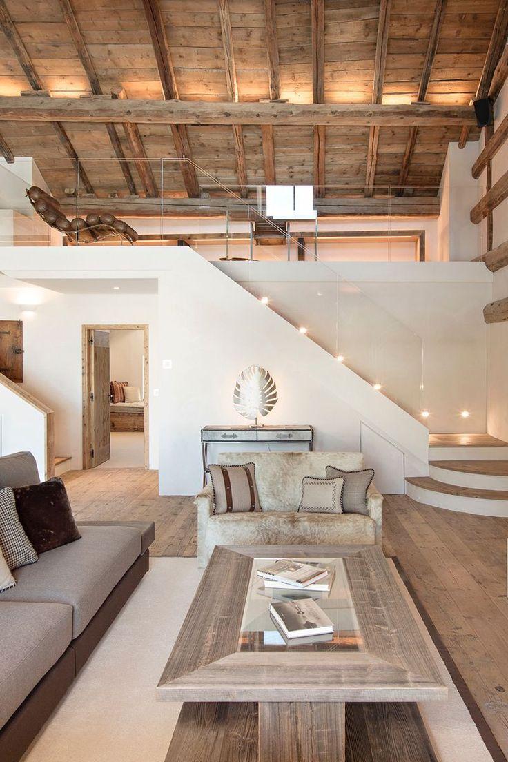Tonalités claires dans cette pièce à vivre touches de bois fourrure et tissus naturels