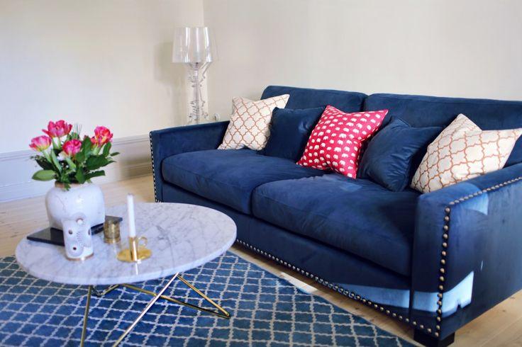 Blå sammetssoffa Valen. Nitar, sammet, sammetsmöbler, sammetstyg, soffa, vardagsrum, marmor, sekelskift. http://sweef.se/sweef-lyx/220-valen-sammet-flera-storlekar.html