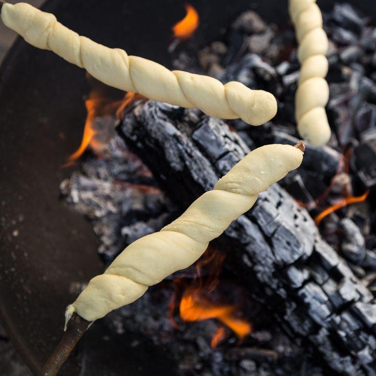 Überm Feuer gebacken: Stockbrot zu rösten macht nicht nur den Kleinen großen Spaß. Wie der Lagerfeuersnack perfekt gelingt, erfährst du hier.