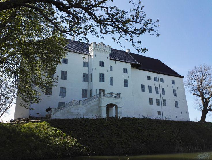 Dragsholm Slot er mit absolut ynglings slot, og et sted, hvor jeg er kommet siden jeg var barn. I slottets stuer har jeg været med, når min mormor solgte nisser ved det årlige julemarked og jeg kender alle de gamle spøgelseshistorier.