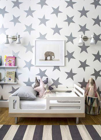 大きなお星さまがポップな壁紙。落ち着いたニュートラルカラーでまとめることでモダンな雰囲気に。