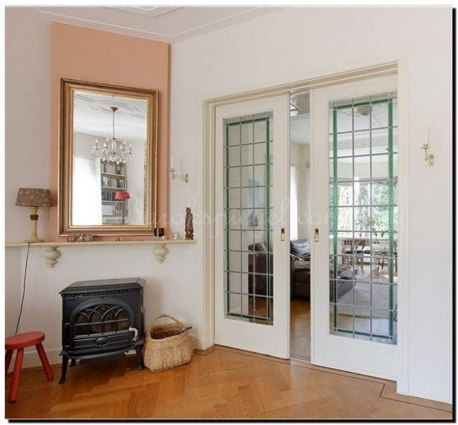 Mooie klassieke spiegel met cannelure lijst boven een potkachel