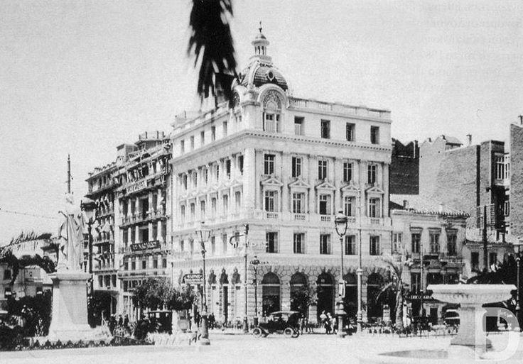 Πολυκατοικία ' Οικονόμου'. Αρχιτέκτων Κωνσταντίνος Κυριακίδης. (1927). Στο ισόγειο το περίφημο καφενείο του 'Γαμβέτα'. Από το 1934 είναι το Γενικό Λογιστήριο του Κράτους.