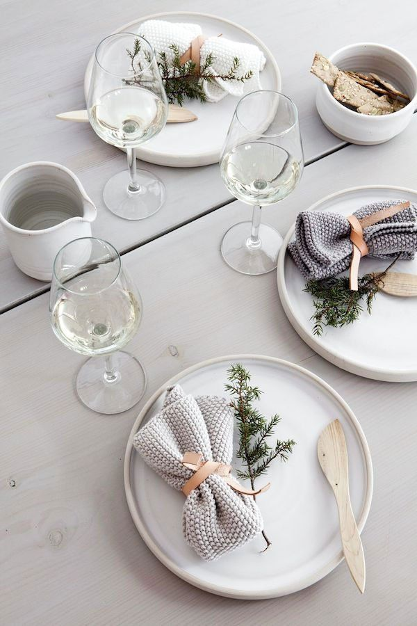 Nordic inspired gorgeous Christmas table setting @pattonmelo