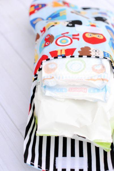 Porta fraldas e lenço umedecido é lindo e útil.